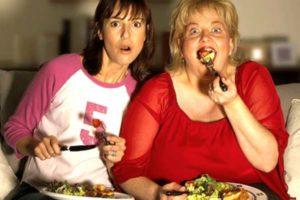 женщины едят и смотрят сериал