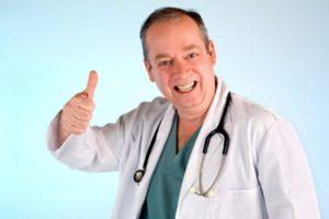 врач показывает класс пальцем