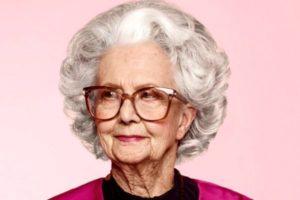 седая старушка в очках