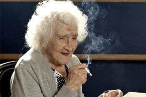 курящая старушка
