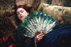 женщина лежит с веером