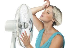девушка у вентилятора