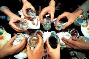 руки держат рюмки с алкоголем
