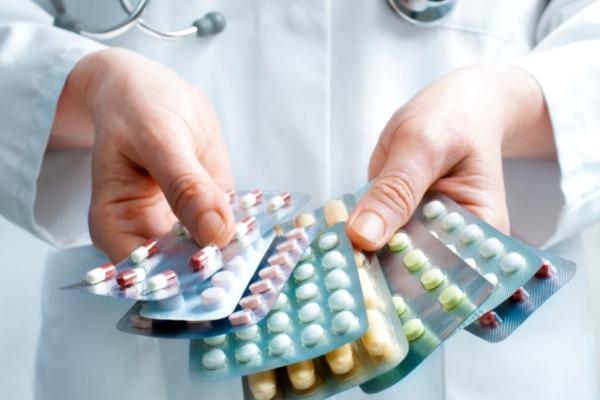упаковки таблеток в руках доктора