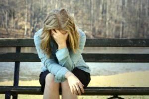 плачущая женщина на скамейке