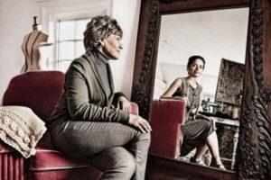 женщина смотрит в зеркало и видит себя молодой