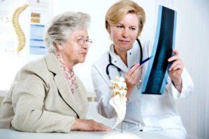 врач показывает старушке снимок
