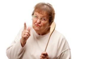 бабушка с ложкой грозит пальцем