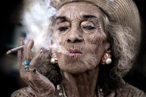 курящая старуха