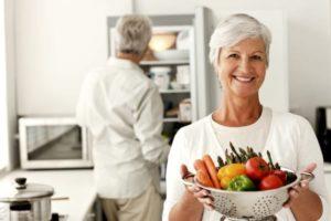 у женщины на подносе овощи