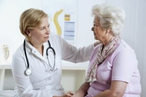 врач общается с пожилой дамой