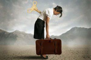 заводная женщина с чемоданом