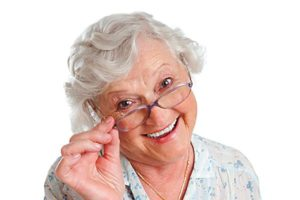 улыбающаяся старушка в очках
