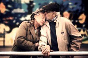 пожилой мужчина целует пожилую женщину