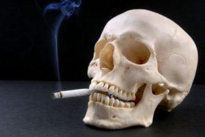 череп курит