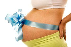 на животе беременной бантик