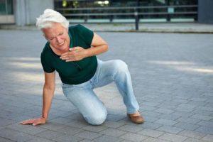пожилая дама упала и держится за грудь
