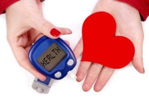 в руках глюкометр и сердце