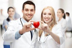 врачи держат сердечко