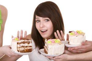 девушка отказывается от тортика