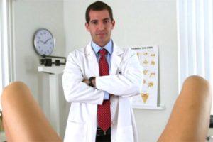 гинеколог у ног пациентки