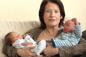 пожилая дама с грудными близнецами