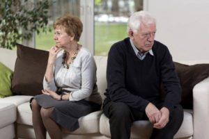 пожилая пара в ссоре