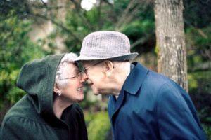 старики целуются