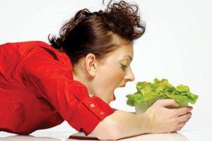 девушка хочет съест тарелку зеленого салата