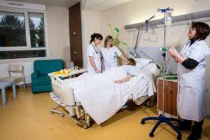 за пациенткой в операционной ухаживают медсетстры