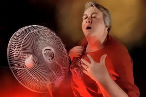 женщине жарко у вентилятора