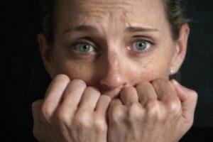 испуганная девушка закрыла рот руками