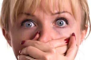 испуганная девушка закрыла руками рот