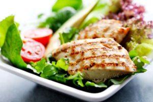кусок мяса гриль на листьях салата