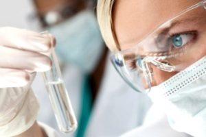 лаборант смотрит на реактив