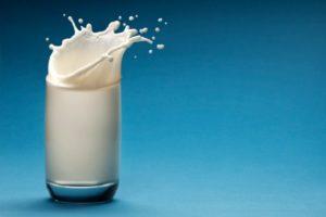 молоко плещется в стакане