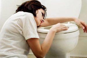 девушка лежит на унитазе