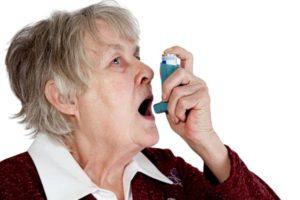 старушка пользуется ингалятором