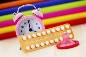 будильник, таблетки и презерватив