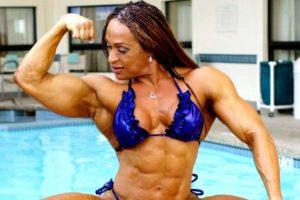 накаченная женщина показывает мышцы