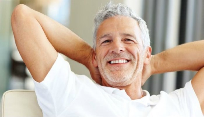 пожилой мужчина радуется жизни