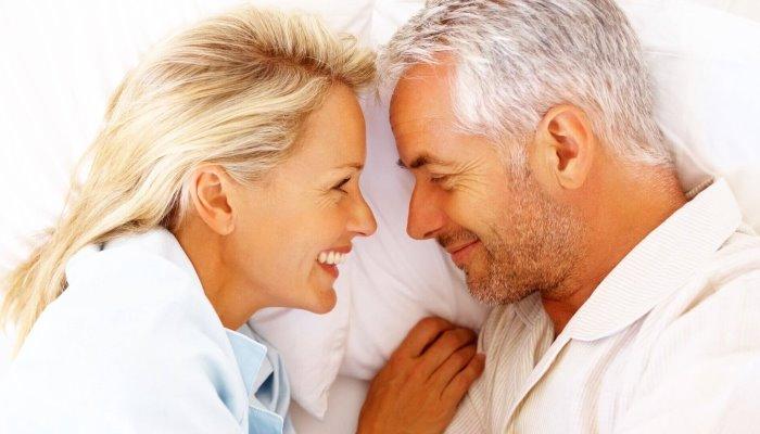 женщина и мужчина улыбаются